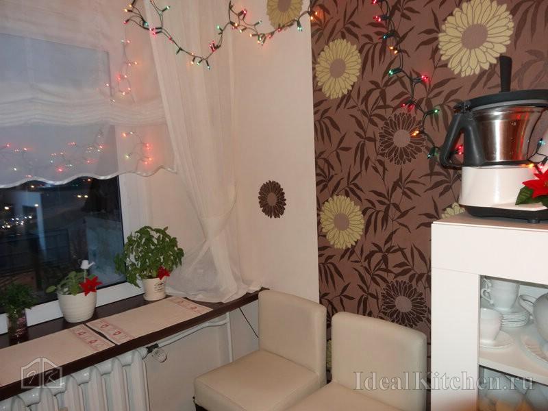 комбинированные флизелиновые обои в интерьере маленькой кухни 8 кв. метров