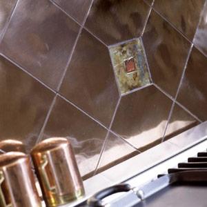 Металлическая плитка на фартук кухни