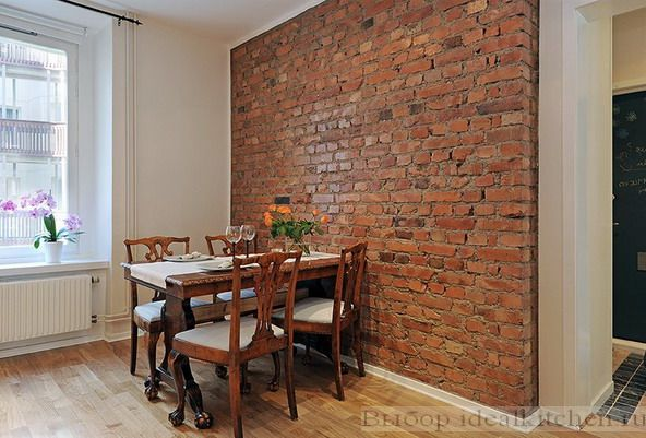 декоративная стена с кирпичной кладкой в столовой