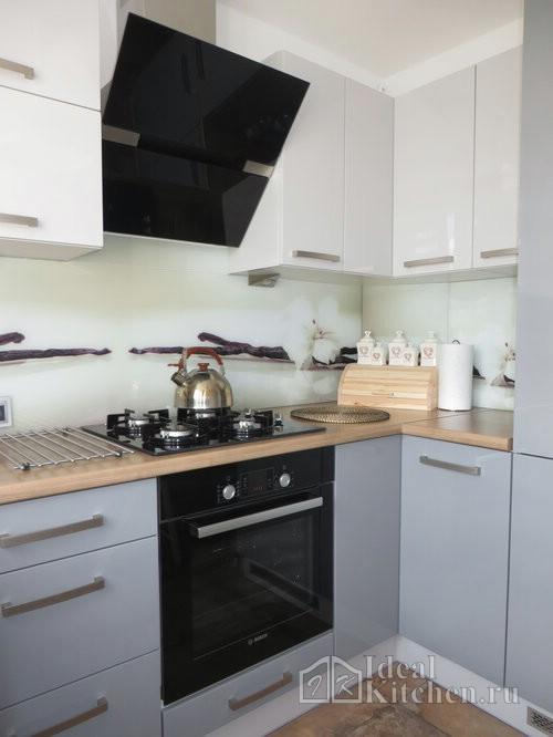 серо-белая маленькая кухня в современном стиле