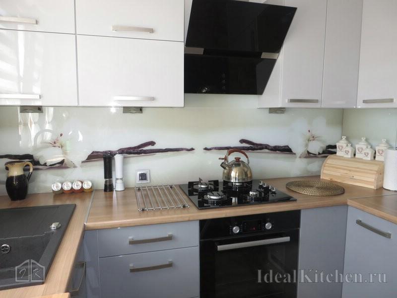 светлый стеклянный фартук с цветами в интерьере маленькой кухни