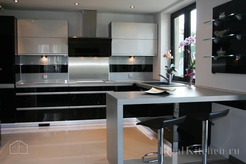 пример дизайна черно-белой кухни в стиле хай-тек с барной стойкой