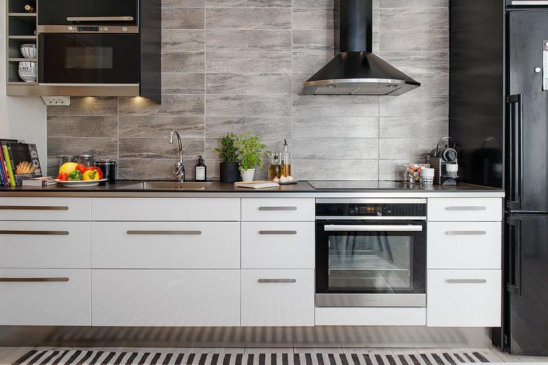 фартук из плитки под камень на кухне в скандинавском стиле с элементами хай-тек