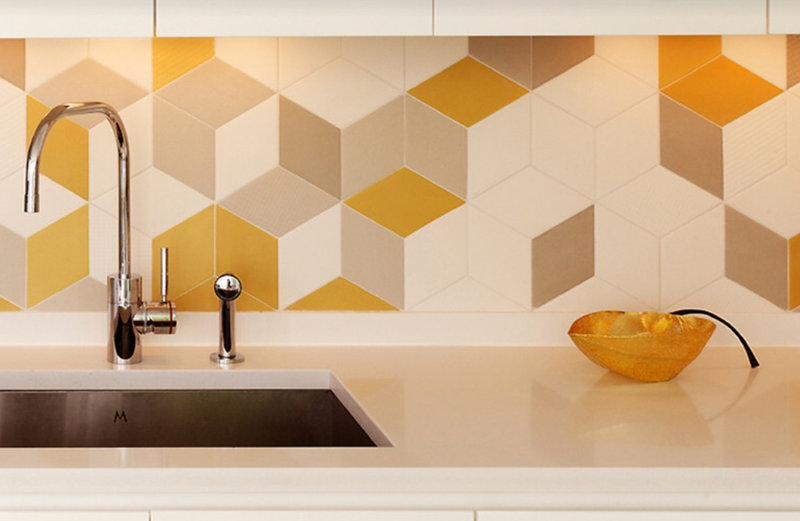 необычный дизайн фартука из плитки на кухне