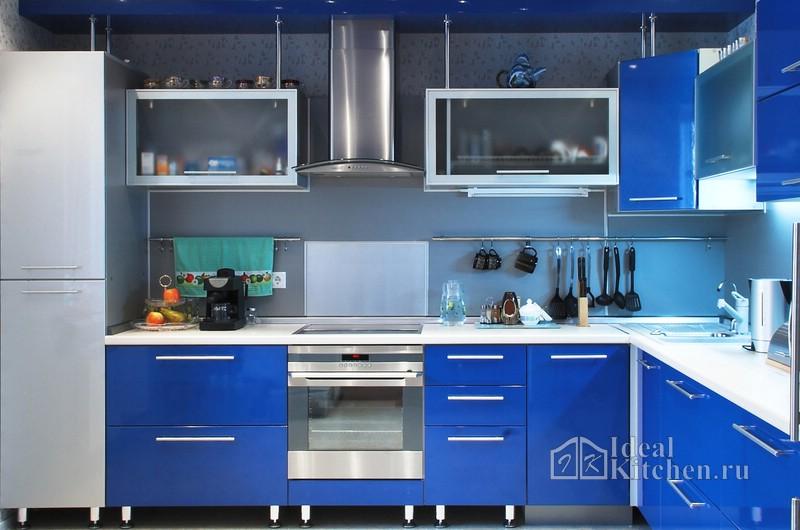 синяя кухня с элементами хай-тека без цоколя