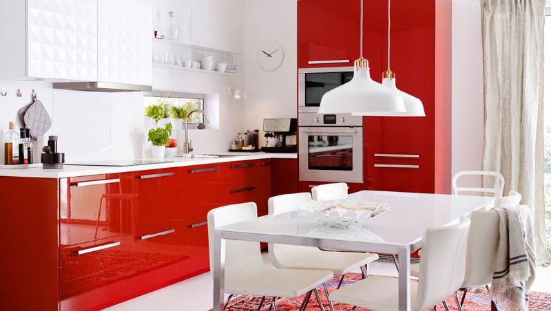 глянцевая красно-белая кухня ИКЕА с 3D фасадами