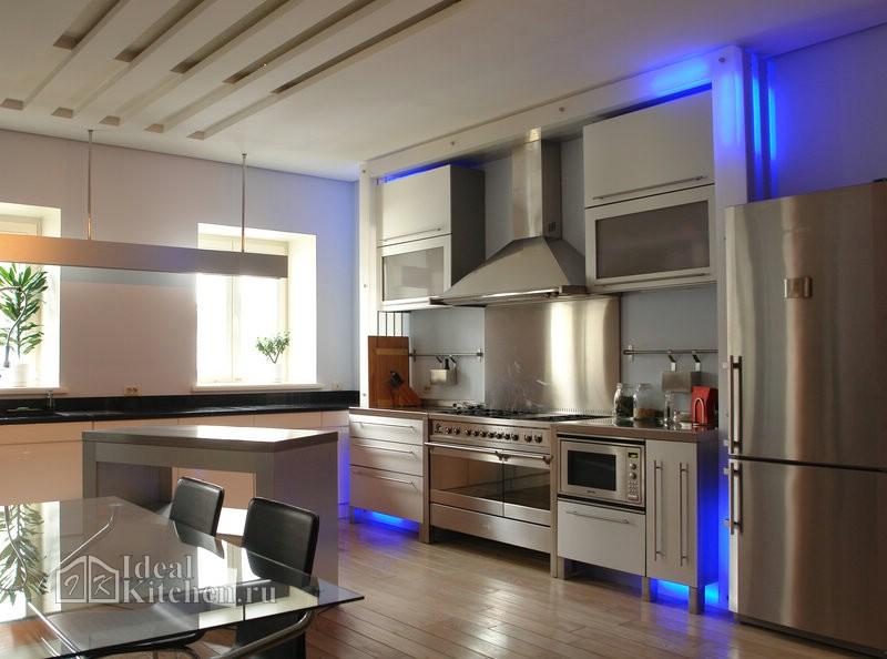кухня с элементами стиля индастриал и светодиодной подсветкой