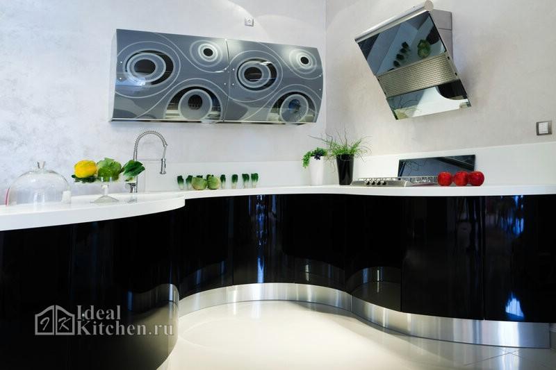радиусная черная глянцевая кухня в стиле хай-тек с фотопечатью на фасадах