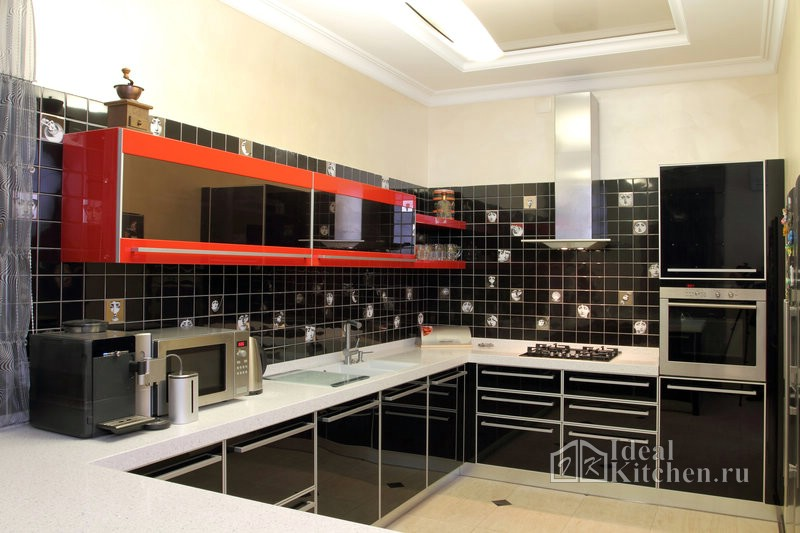 черно-красная акриловая кухня с технологичным дизайном