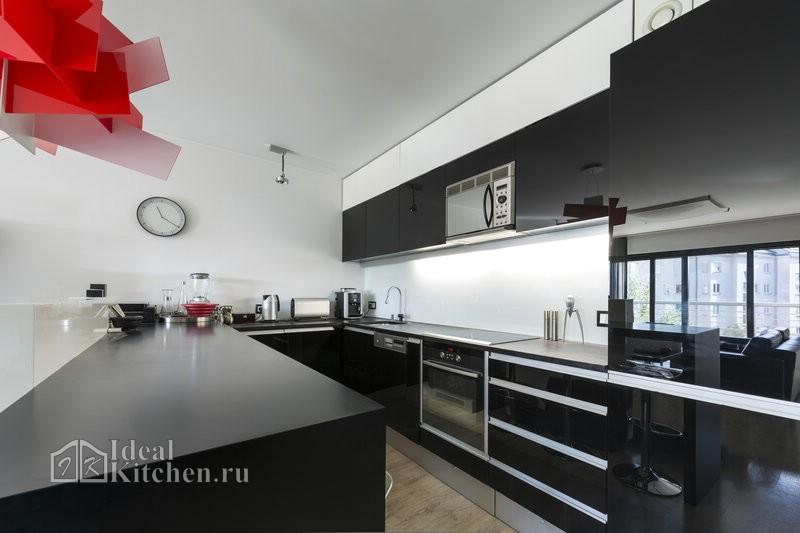 черная глянцевая кухня с врезными ручками из алюминиевого профиля