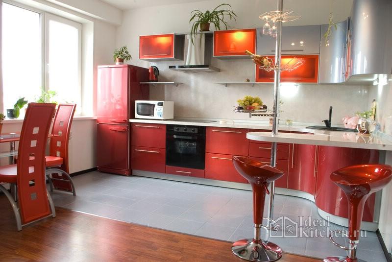 красный кухонный гарнитур с радиусными фасадами и барной стойкой