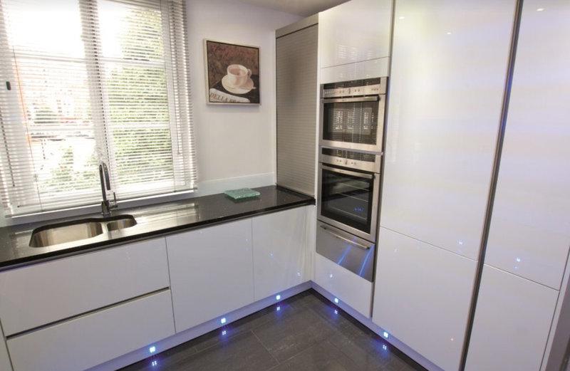 кухня в стиле модерн с элементами хай-тека