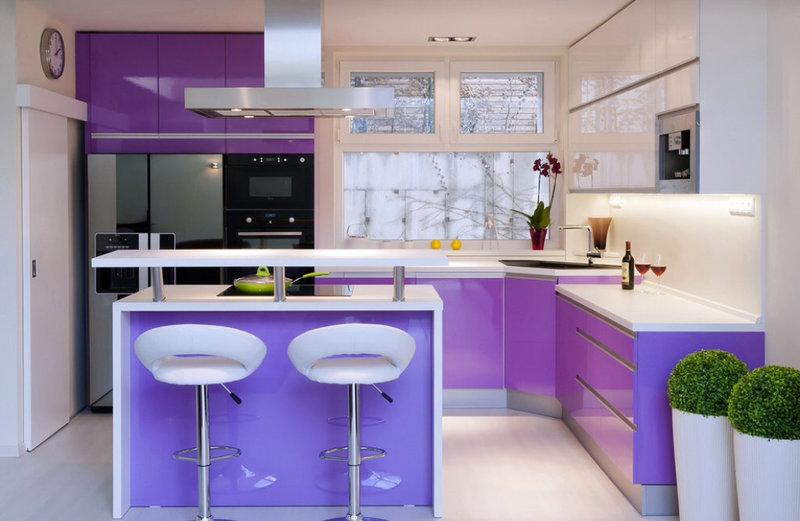 фиолетовая кухня хай-тек с барной стойкой и островом