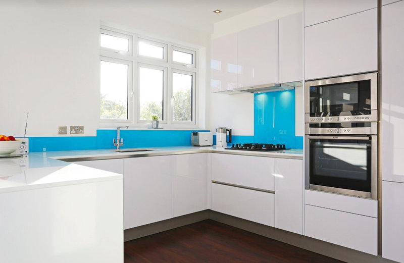 минималистичная белая кухня с голубым фартуком