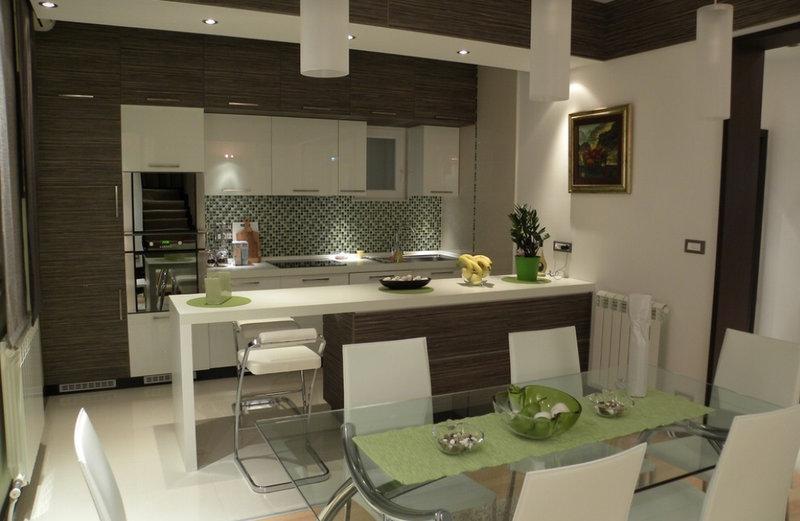 интерьер совмещенной кухни со стеклянным столом