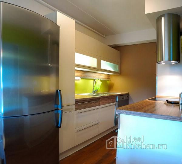 маленькая белая кухня с деревом в квартире-студии