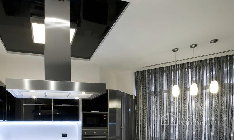 черно-белый потолок в интерьере кухни хай-тек