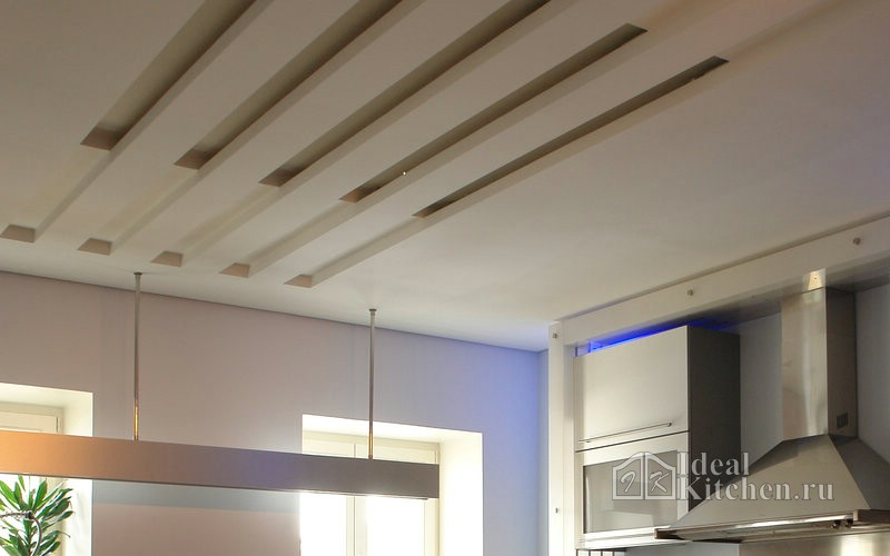 пример оформления потолка в хай-тек интерьере