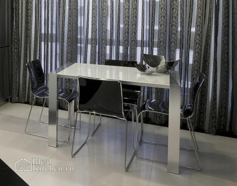 обеденный стол в стиле хай-тек со столешницей из белого стекла