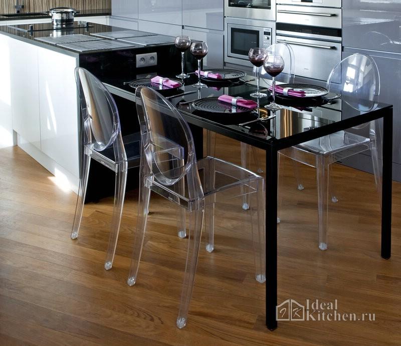стеклянный стол и прозрачные стулья в hi-tech интерьере