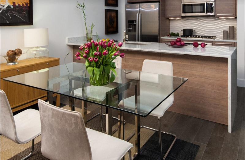 стеклянный стол в интерьере кухни-студии