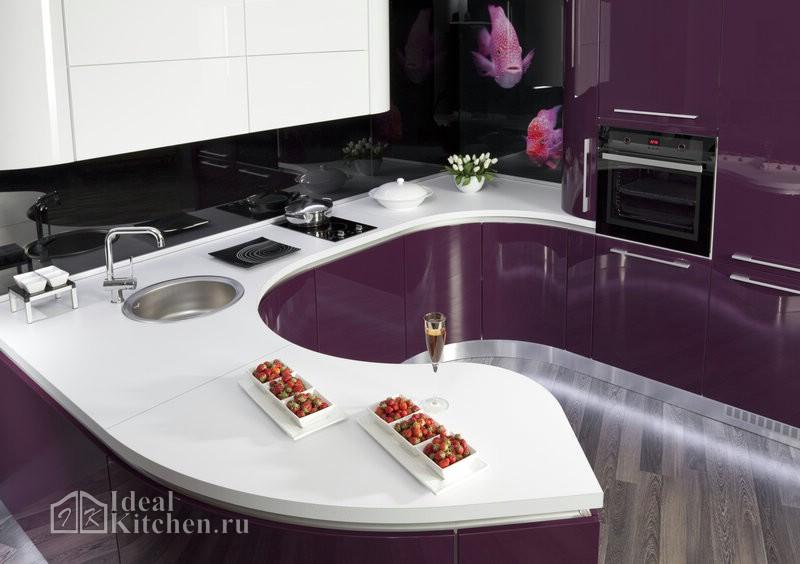 радиусная фиолетовая кухня с белой столешницей из акрилового камня