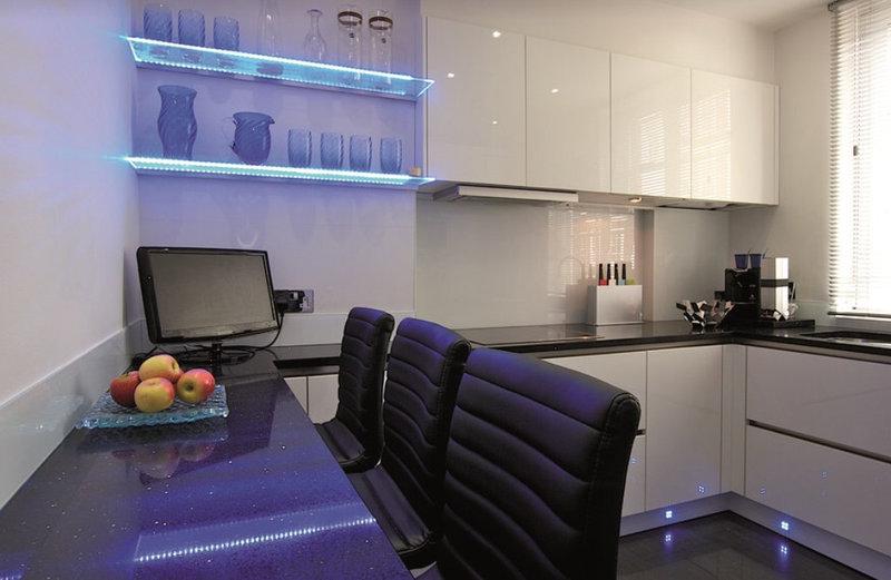 черная столешница из камня на белой кухне