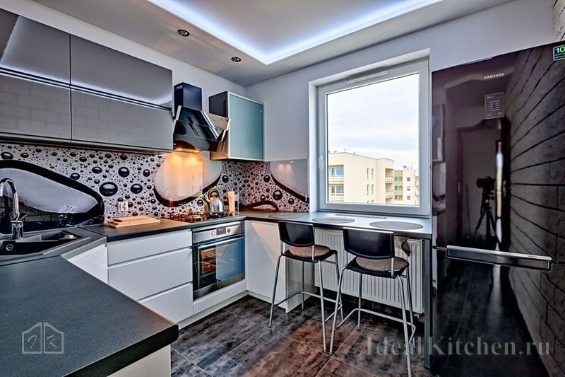 интерьер кухни хайтек на 9 кв. метрах со столешницей у окна