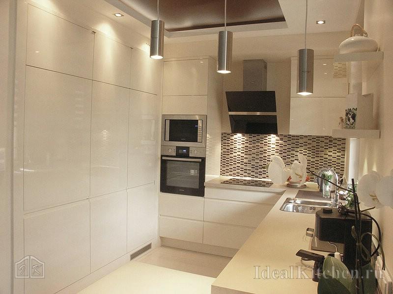 шкафы-колонны на белой кухне с фартуком из мозаики
