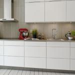 белая кухня в стиле минимализм с серым фартуком
