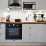 маленькая белая кухня с фартуком кабанчик