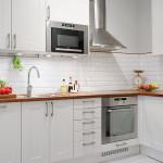 маленькая белая кухня Икеа с фартуком кабанчик