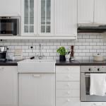 белая кухня ИКЕА с фартуком кабанчик и мойкой Думше