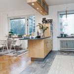 керамогранит и паркет в кухне-гостиной в скандинавском стиле