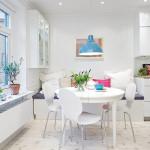 светлый деревянный пол в кухне-столовой