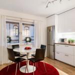 белая кухня с белыми шторами и красным ковром