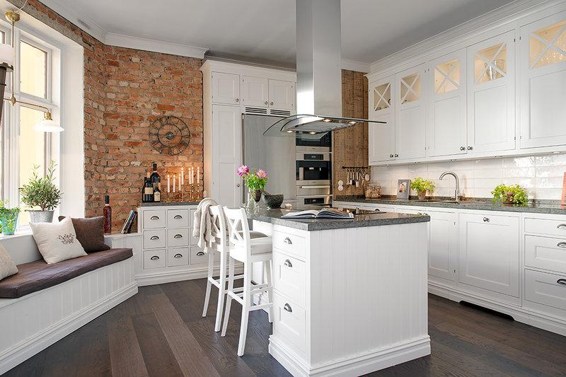 скандинавская кухня в классическом стиле с кирпичной стеной