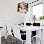 белый обеденный стол с черными стульями