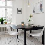 черный раскладной обеденный стол и белые стулья в скандинавском стиле