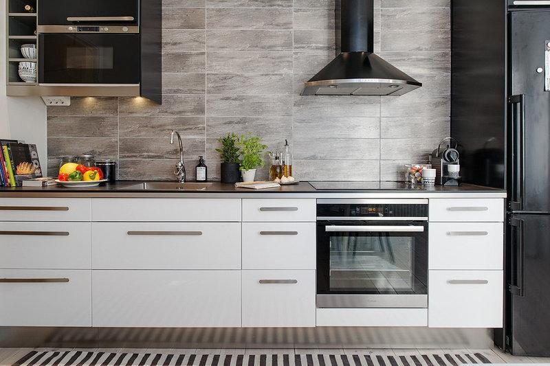 черно-белая кухня в скандинавском стиле с нотками минимализма