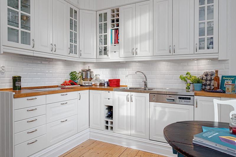 на фото белая кухня Будбин от Икеа