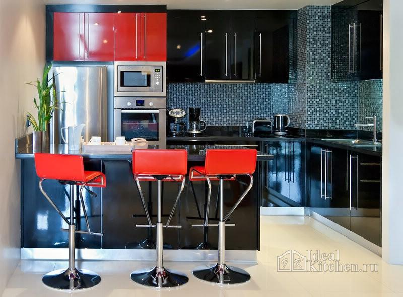дизайн черной глянцевой кухни с красными акцентами