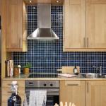светлая деревянная кухня с синим фартуком из мозаики