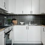 белая маленькая скандинавская кухня с фартуком из черной плитки 10х10