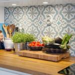 бело-голубая плитка в скандинавском стиле с узором