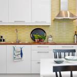 светло-зеленая плитка под мозаику на кухонном фартуке