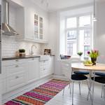яркий ковер в интерьере кухни