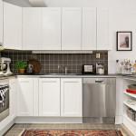 белая кухня с темным фартуком 10х10