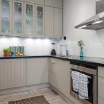 маленькая угловая бежевая кухня