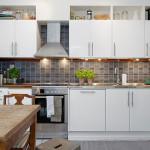 кухонный гарнитур в скандинавском стиле с двумя рядами навесных шкафов